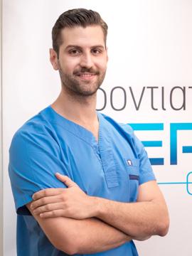 Μούτσιος Αλέξανδρος, - Πτυχιούχος Οδοντοτεχνίτης - Εξειδικευθείς στην ψηφιακή και ρομποτική Οδοντοτεχνική